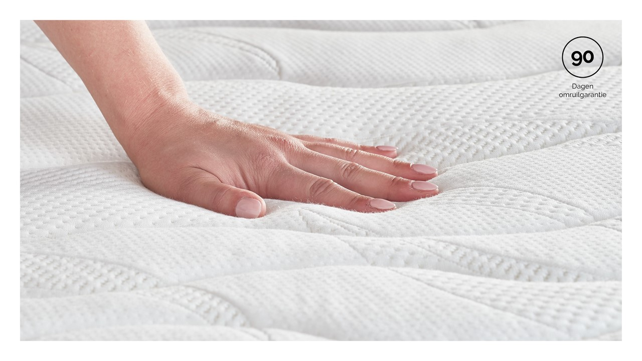 mt_beter-bed-select_gold-pocket-foam_detail_hand